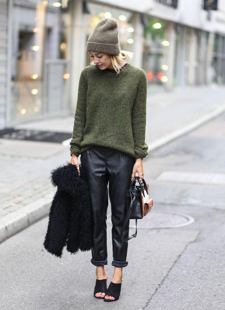 Χακί oversized πουλόβερ, δερμάτινο παντελόνι και γκρι σκούφος