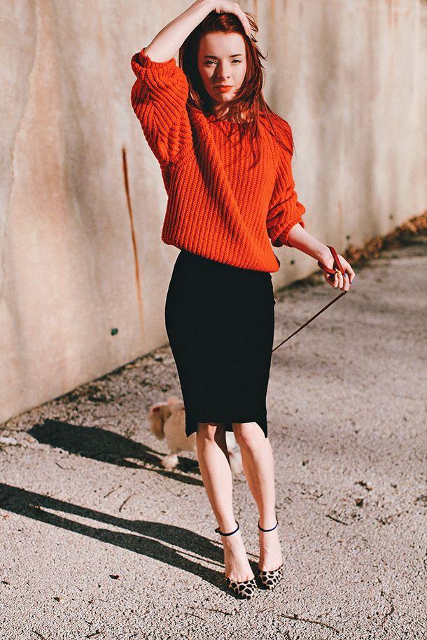 Πορτοκαλί πλεκτό oversized πουλόβερ, μάξι εφαρμοστή φούστα και animal print γόβες