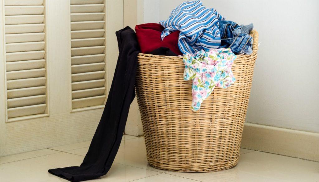 άπλυτα ρούχα στο καλάθι