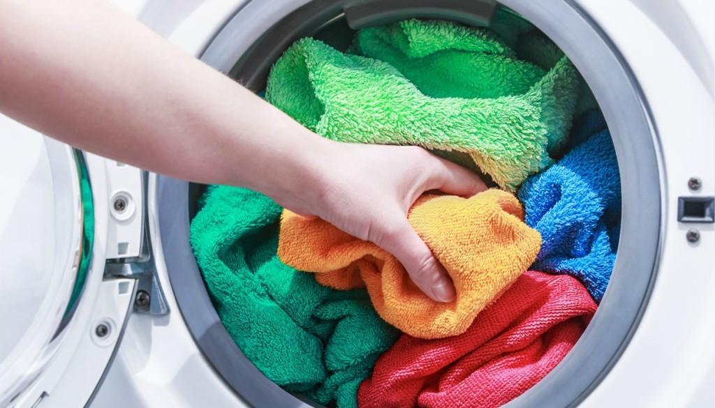 πετσέτες στον κάδο του πλυντηρίου