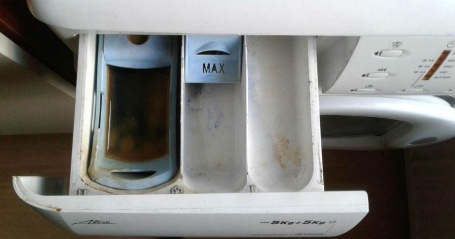 βρώμικη θήκη απορρυπαντικού στο πλυντήριο