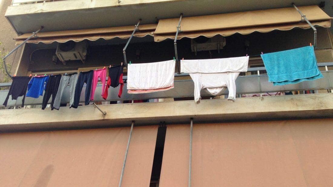 απλωμένα ρούχα στο σπίτι