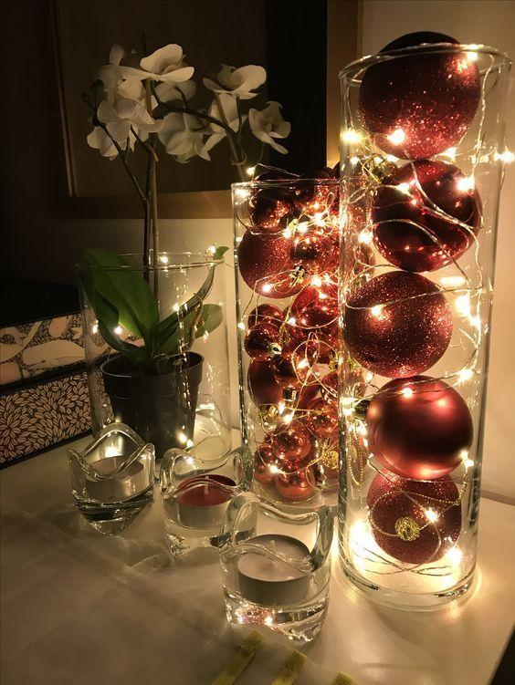 χριστουγεννιάτικη διακόσμηση: Χριστουγεννιάτικες μπάλες μέσα σε βάζα με φωτάκια led