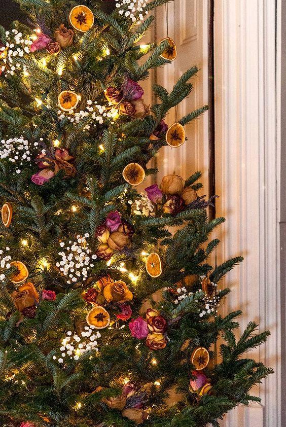 χριστουγεννιάτικη διακόσμηση: Χριστουγεννιάτικο δέντρο με στολίδια από πορτοκάλια