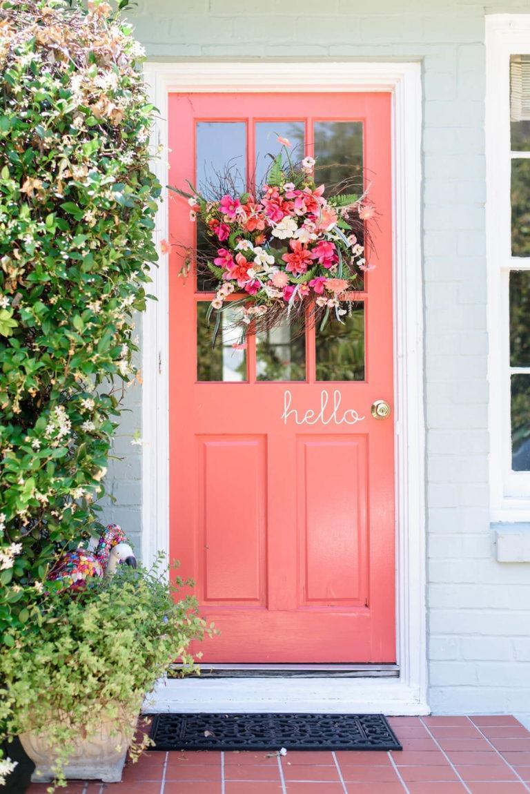 ροζ εξώπορτα με λουλούδια
