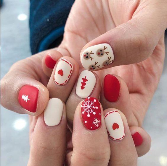 Χριστουγεννιάτικο μανικιούρ: Κόκκινα και λευκά νύχια με χιονονιφάδες και ταράνδους