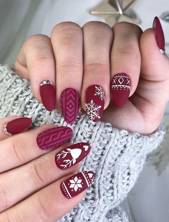 Χριστουγεννιάτικο μανικιούρ: Μπορντό χρώμα στα νύχια με χριστουγεννιάτικα σχέδια