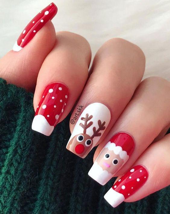 Χριστουγεννιάτικο μανικιούρ: Κόκκινο χρώμα στα νύχια με ζωγραφισμένες χιονονιφάδες, ταράνδους και Άγιο Βασίλη
