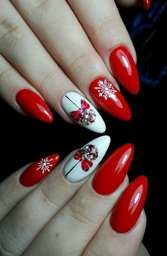 Κόκκινο χρώμα στα νύχια με χριστουγεννιάτικα σχέδια