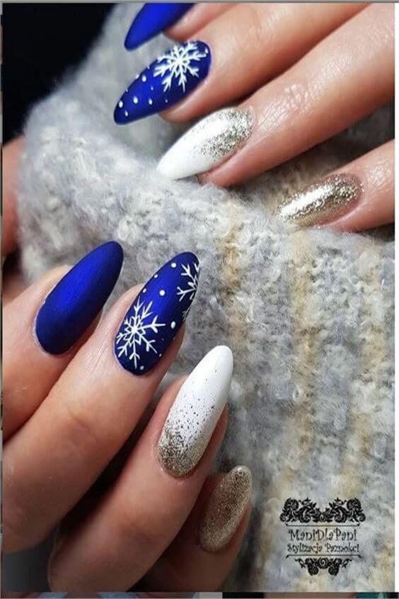 Μπλε χρώμα στα νύχια με χιονονιφάδες και στρας