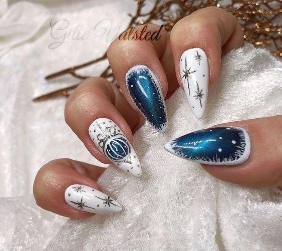 Χριστουγεννιάτικο μανικιούρ με λευκό και μπλε χρώμα και στρας