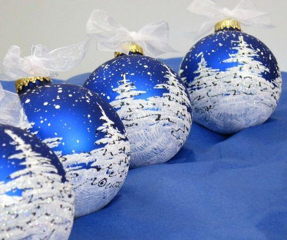 Μπλε γυάλινες χριστουγεννιάτικες μπάλες με ζωγραφισμένα χιονισμένα τοπία