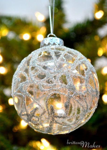 Διάφανη γυάλινη χριστουγεννιάτικη μπάλα με σχέδια από γκλίτερ