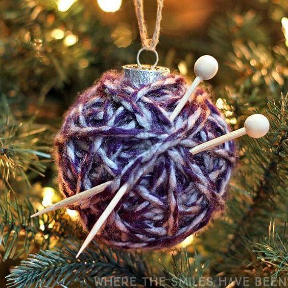 Χριστουγεννιάτικη γυάλινη μπάλα με μαλλί πλεξίματος και βελόνες πλεξίματος