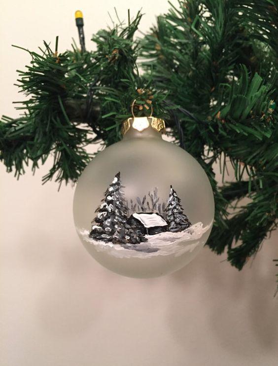 Γυάλινη χριστουγεννιάτικη μπάλα ζωγραφισμένη με χιονισμένα τοπία