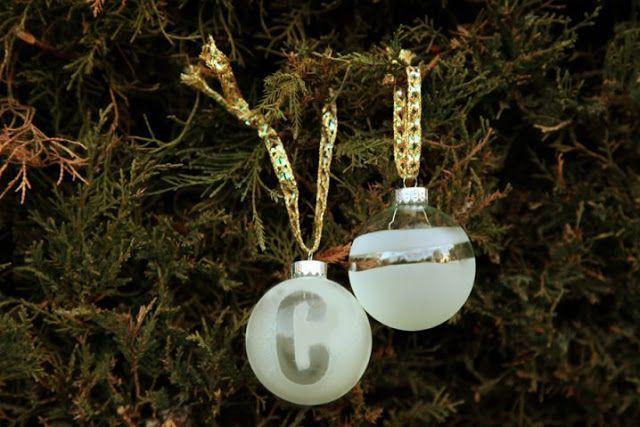 γυάλινη χριστουγεννιάτικη μπάλα ζωγραφισμένη με λευκό χρώμα και σχέδια