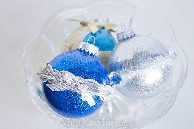 γυάλινες μπλε και λευκές χριστουγεννιάτικες μπάλες με κορδέλες