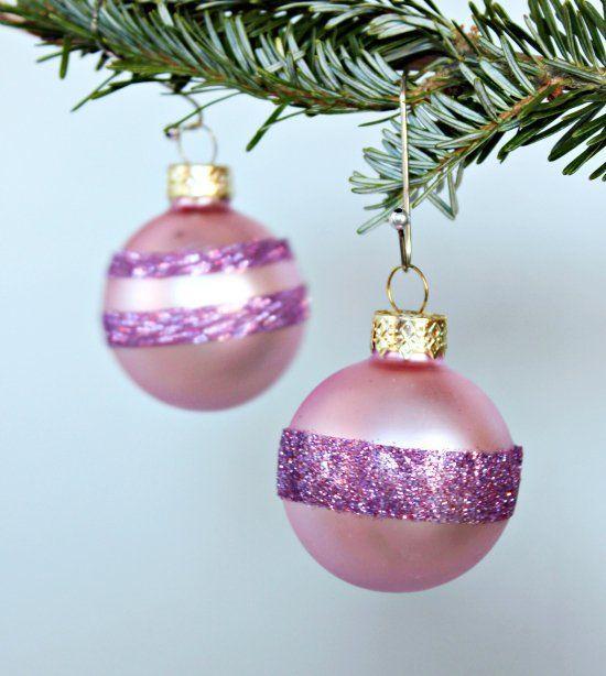 ροζ γυάλινες χριστουγεννιάτικες μπάλες με κορδέλες