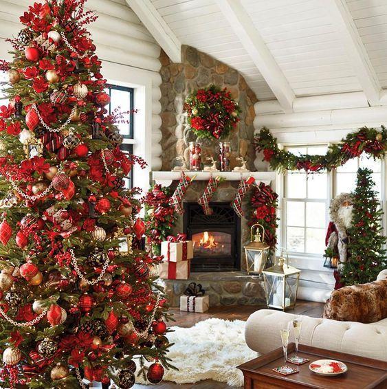 Πράσινο χριστουγεννιάτικο δέντρο με κόκκινα χριστουγεννιάτικα στολίδια