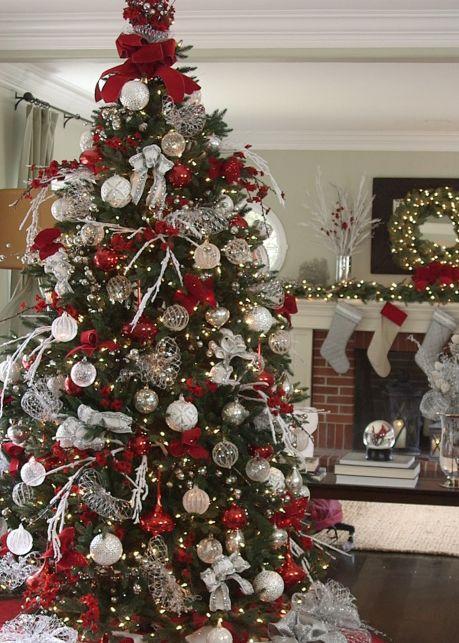 Πράσινο χριστουγεννιάτικο δέντρο με κόκκινα και λευκά χριστουγεννιάτικα στολίδια