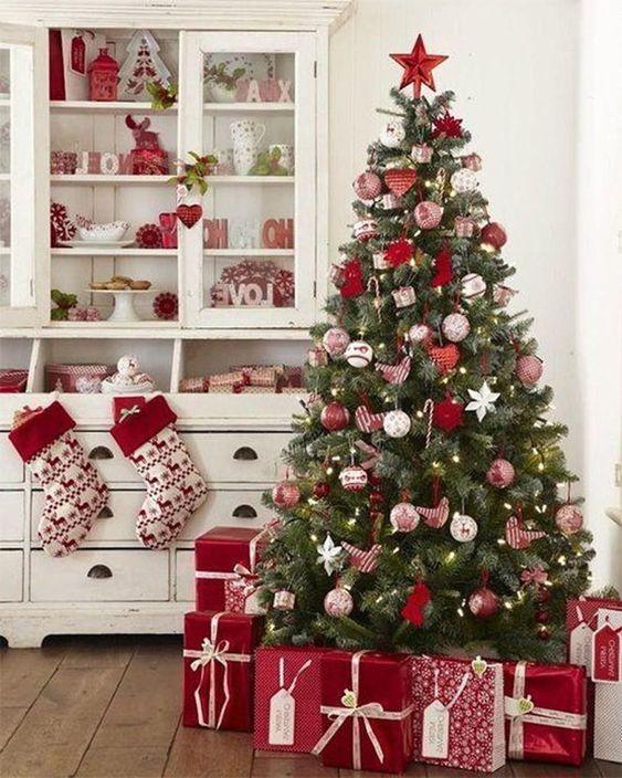 Χριστουγεννιάτικο δέντρο με κόκκινα στολίδια
