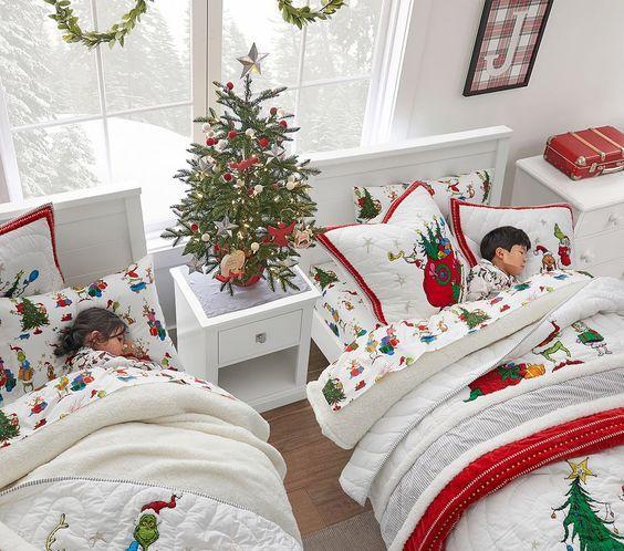 Χριστουγεννιάτικος στολισμός παιδικού δωματίου με κόκκινα χρώματα