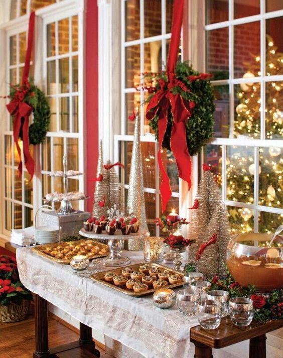 Στολισμός χριστουγεννιάτικου μπουφέ με κόκκινα και πράσινα χρώματα