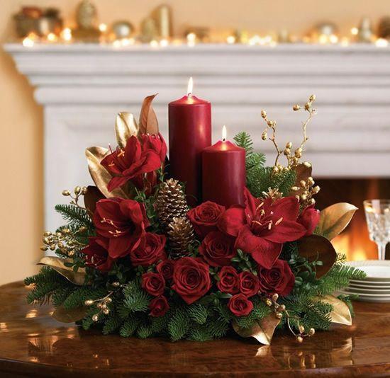 Χριστουγεννιάτικο κηροπήγιο με ψεύτικα φύλλα και κόκκινα κεριά