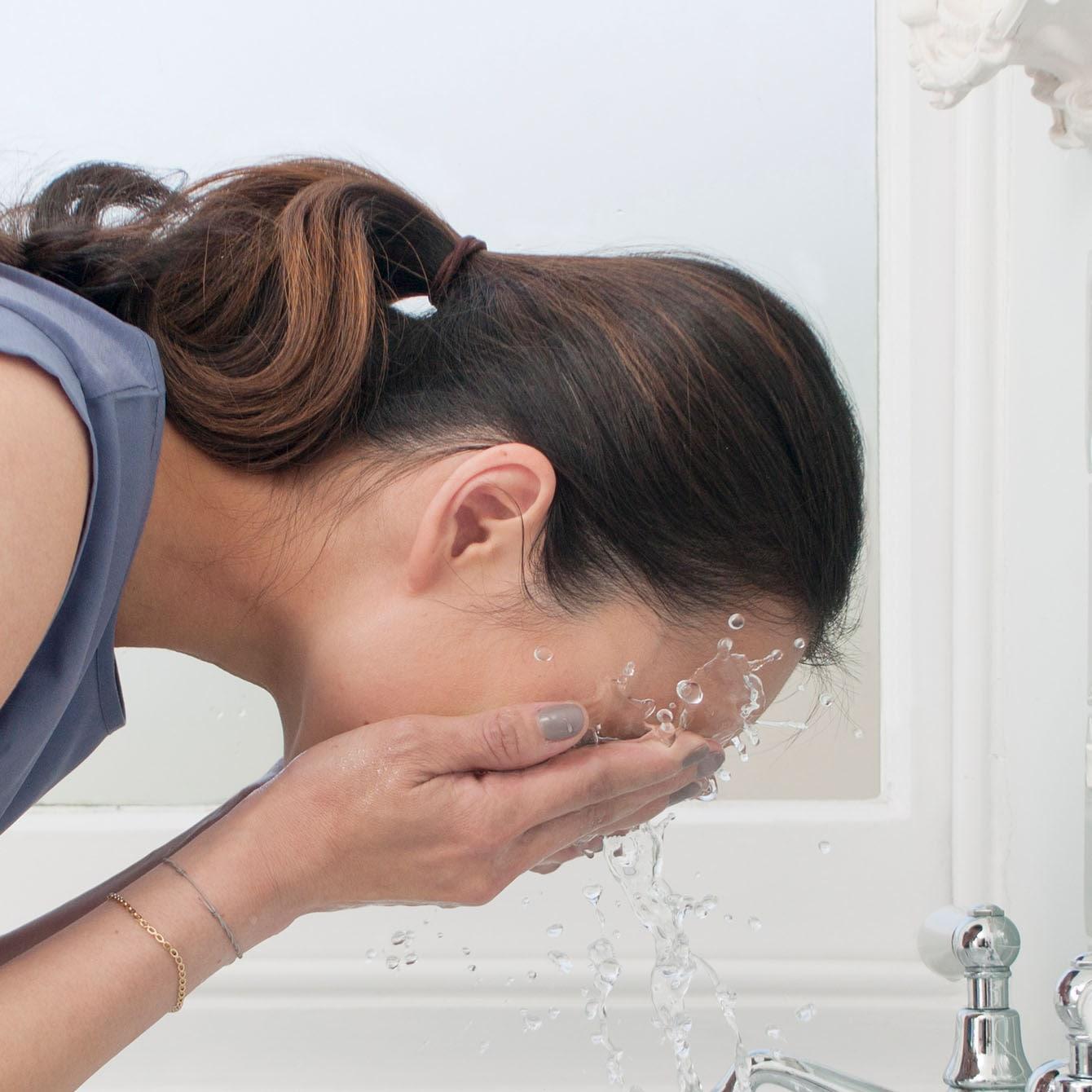 πλένουμε το πρόσωπο με νερό