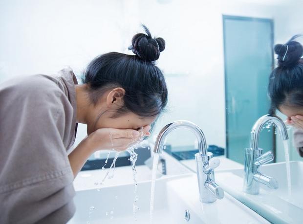 πλένουμε το πρόσωπό μας πριν τον ύπνο