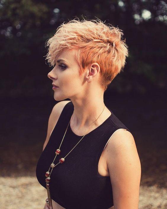 γυναικείο κούρεμα με πορτοκαλί κοντά μαλλιά