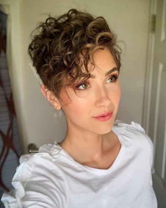 γυναικείο κούρεμα με κοντά καστανόξανθα μαλλιά