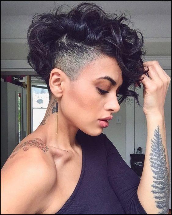 Κοντό γυναικείο κούρεμα με μαύρα μαλλιά