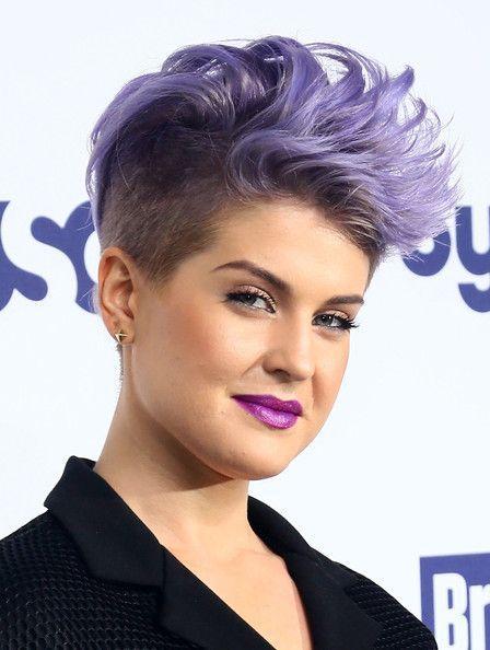γυναικείο κούρεμα με μοβ κοντά μαλλιά