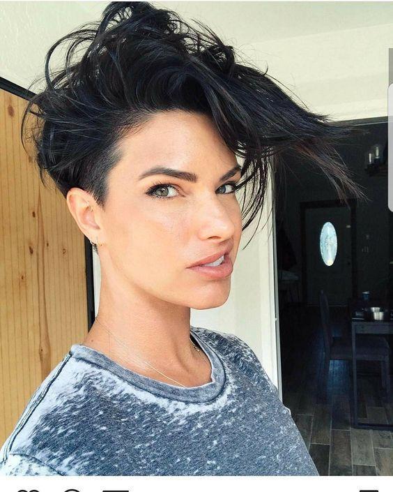 γυναικείο κούρεμα με μαύρα κοντά μαλλιά