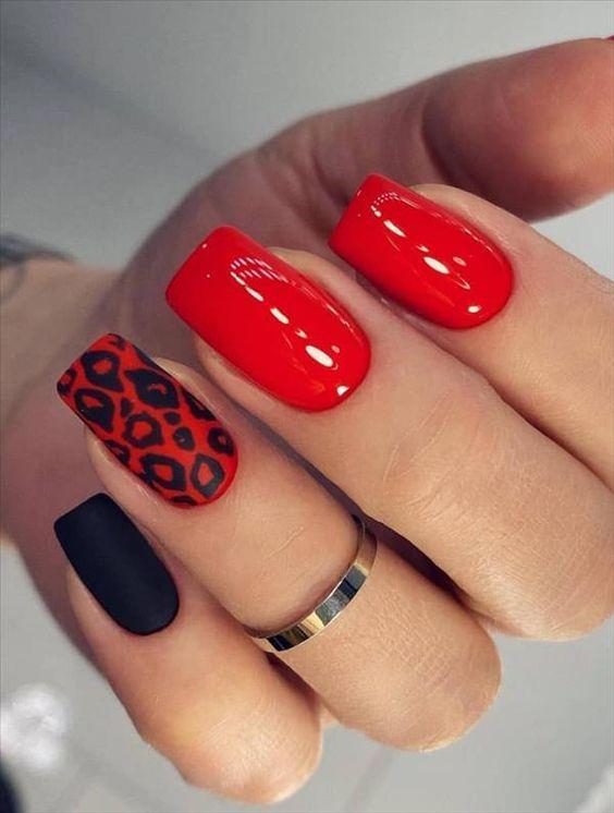 Κόκκινα νύχια με print σχέδια