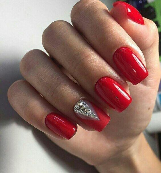 Κόκκινα νύχια με στρας και γκλίτερ