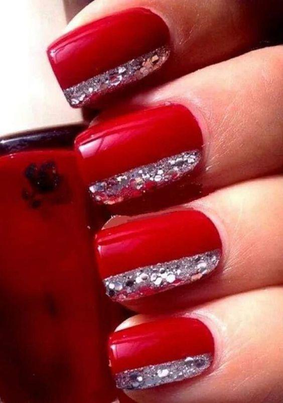 Κόκκινο χρώμα στα νύχια με γκλίτερ
