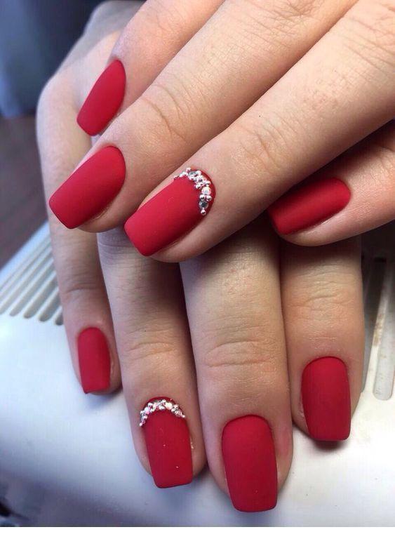 Κόκκινα ματ νύχια με γκλίτερ