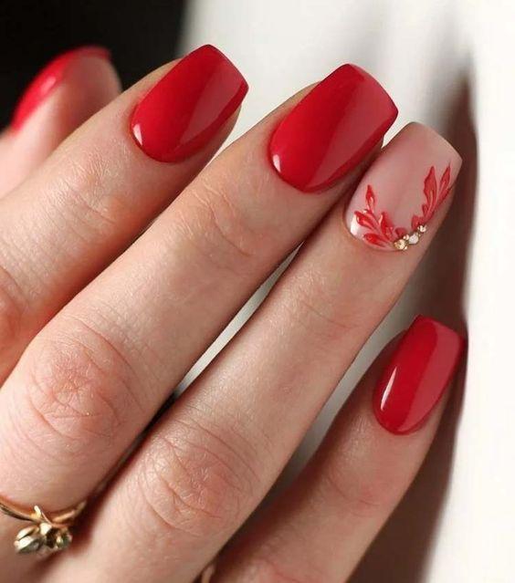 Κόκκινα και ροζ νύχια με κόκκινα σχέδια και στρασάκια