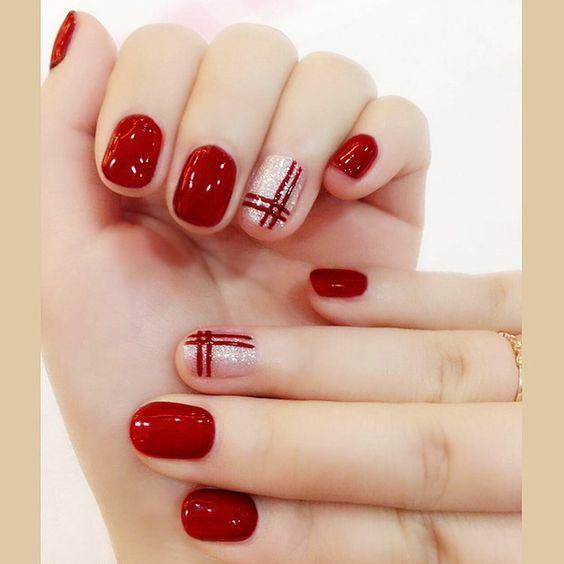 Κόκκινο χρώμα στα νύχια του Δεκεμβρίου με χρυσά σχέδια