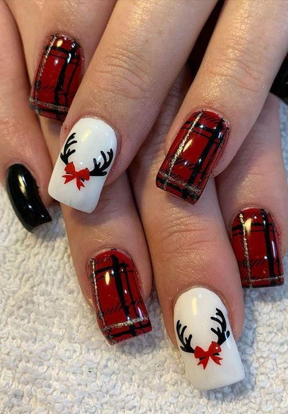 Κόκκινο χρώμα στα νύχια με καρό σχέδια και ζωγραφισμένο Ρούντολφ