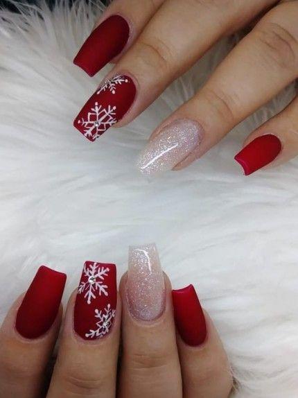 Κόκκινα νύχια με ζωγραφισμένες χιονονιφάδες και στρας
