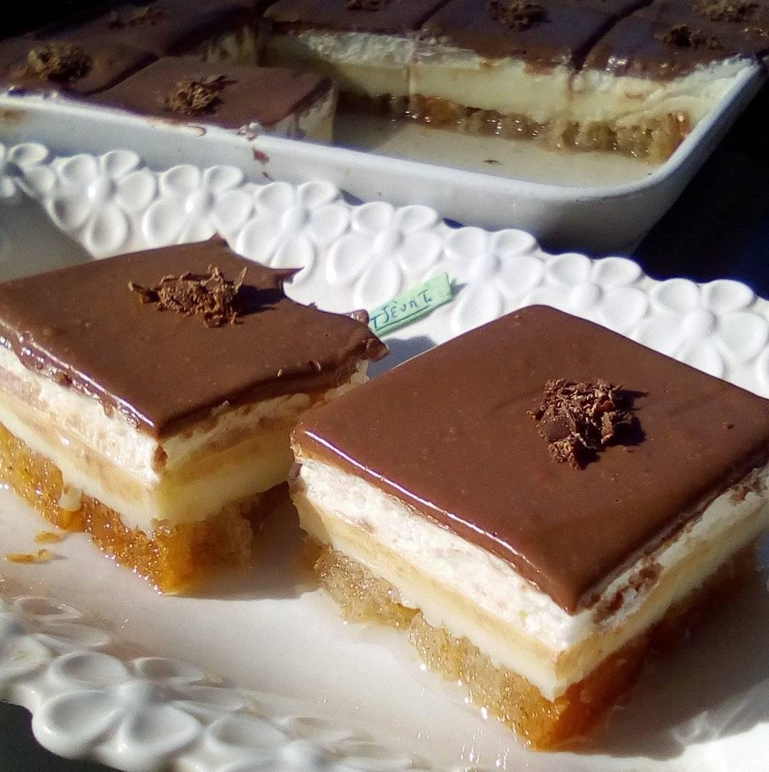 Γλυκό ψυγείου με φρυγανιές, σαντιγί και γκανάζ σοκολάτας