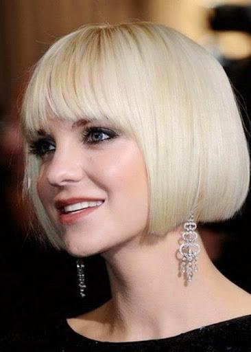 Κοντό τετράγωνο καρέ με αφέλειες σε ξανθά μαλλιά