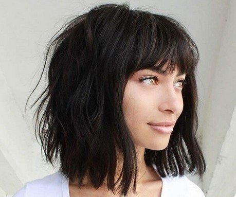 Τετράγωνο καρέ με αφέλειες σε μαύρα φιλαριστά σπαστά μαλλιά