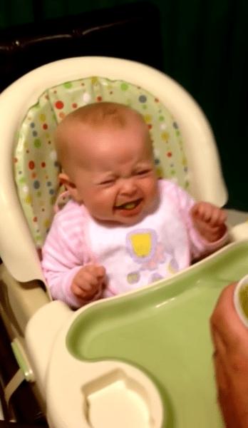 Ξεκαρδιστικό: Μωρό δοκιμάζει για πρώτη φορά λαχανικά & λέει την πρώτη του λέξη