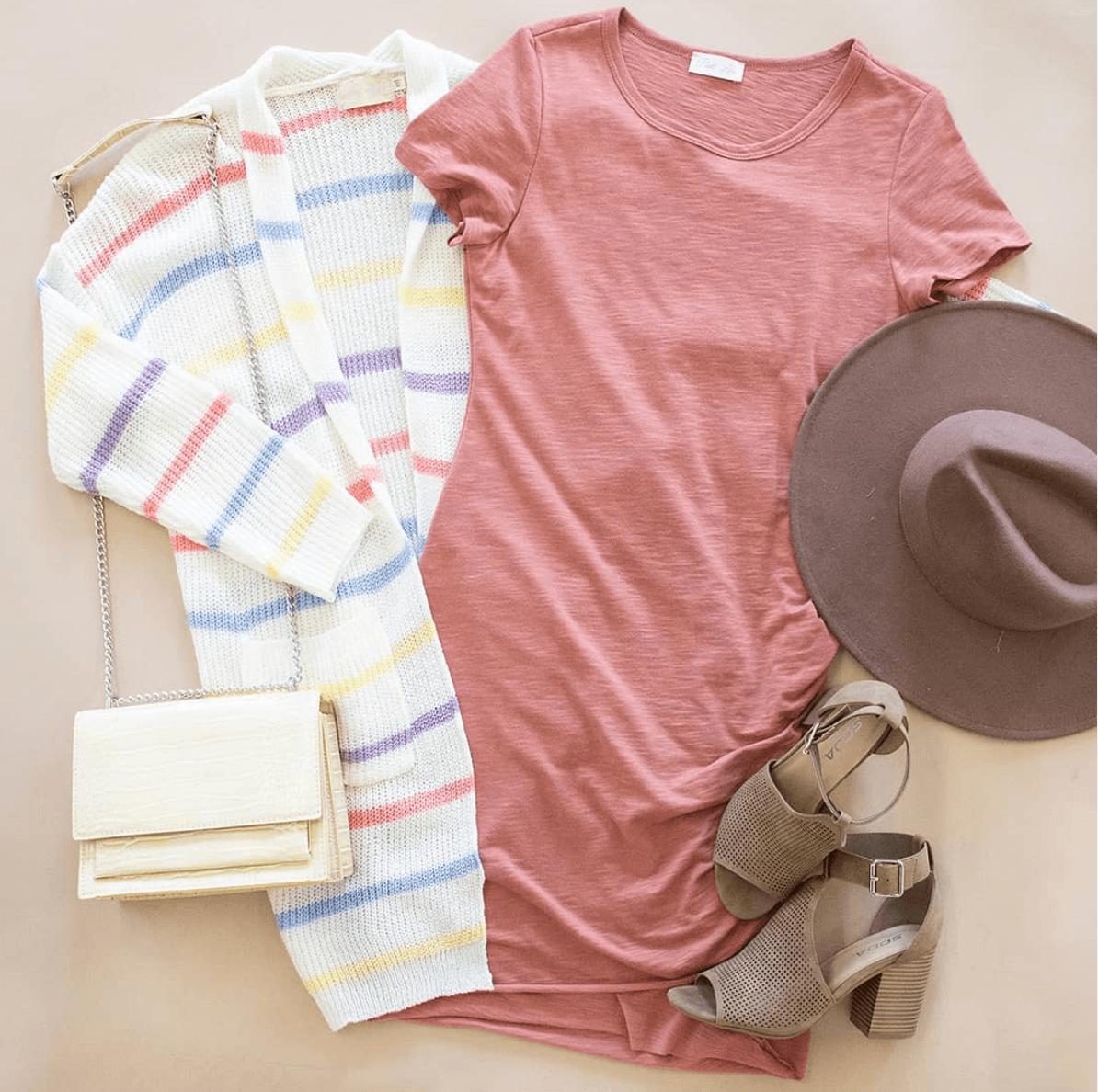 Λευκή μάλλινη ζακέτα με κόκκινες. μοβ. κίτρινες και μπλε ρίγες, ροζ μπλούζα και λευκό τσαντάκι
