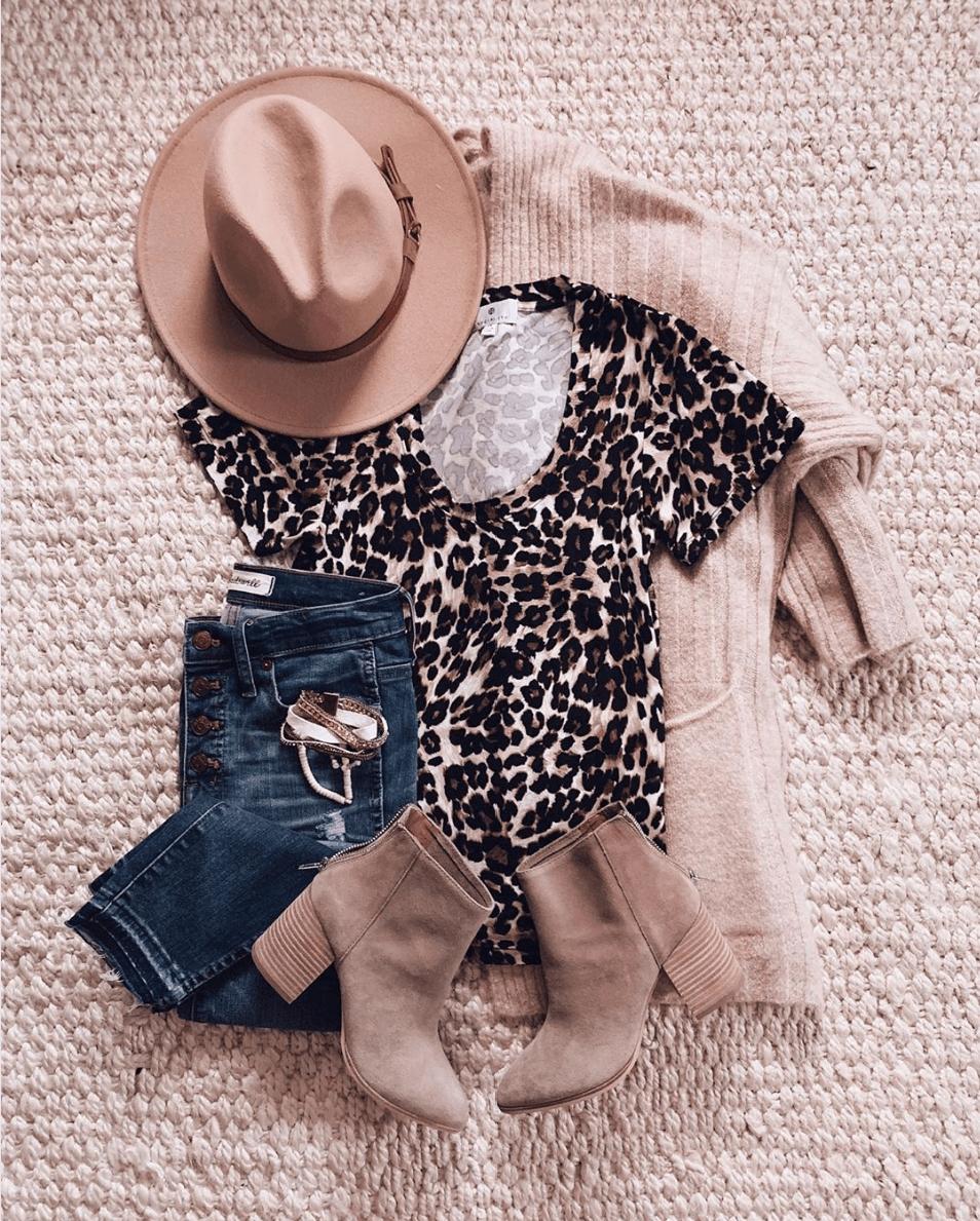 Μπεζ ζακέτα με animal print μπλούζα, μπεζ παντελόνι, jean παντελόνι και μπεζ μποτάκια
