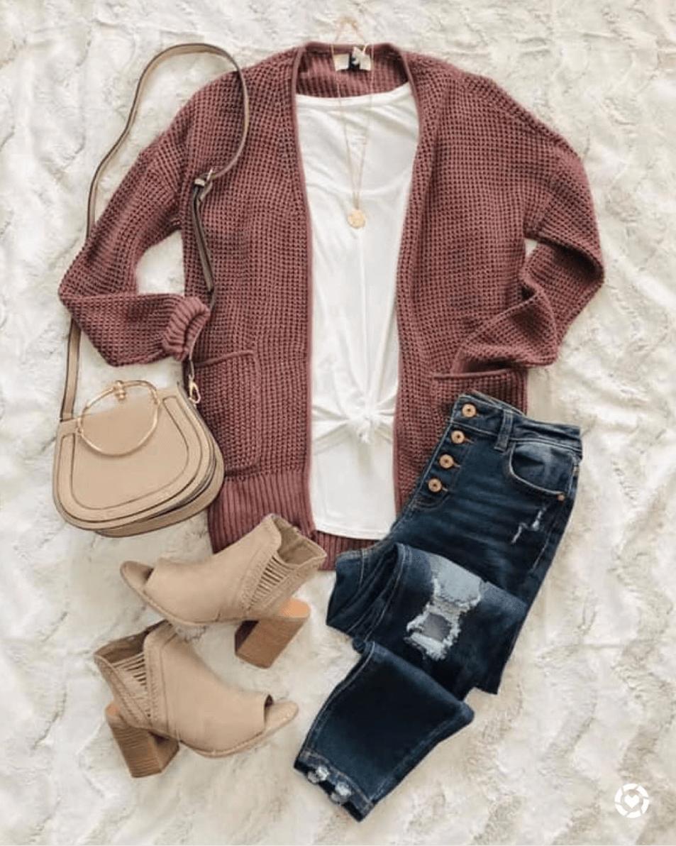 Πλεχτή ζακέτα σε χρώμα σάπιο μήλο με λευκή μπλούζα και jean παντελόνι